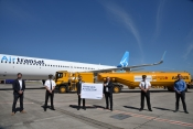 Fuelling of the Airbus A321 for Air Transat, using SAF supplied by Air bp